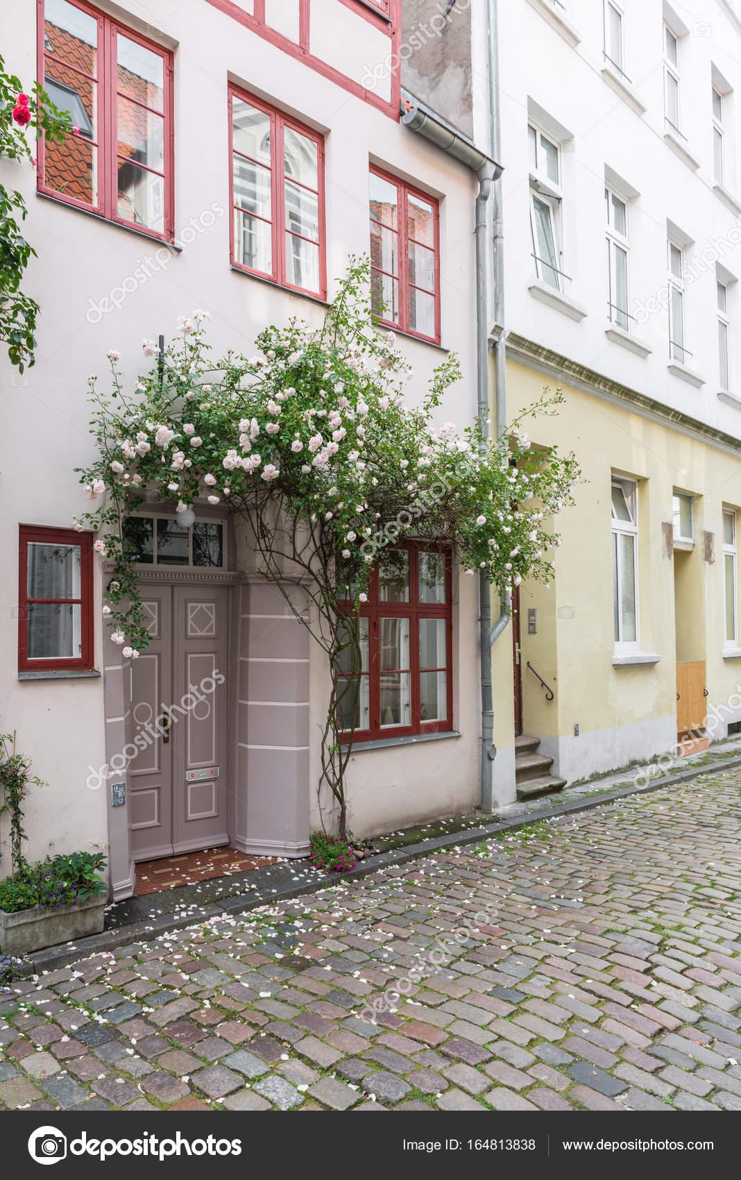 Schöne alte Häuser in Lübeck mit rose Blume verziert — Stockfoto ...