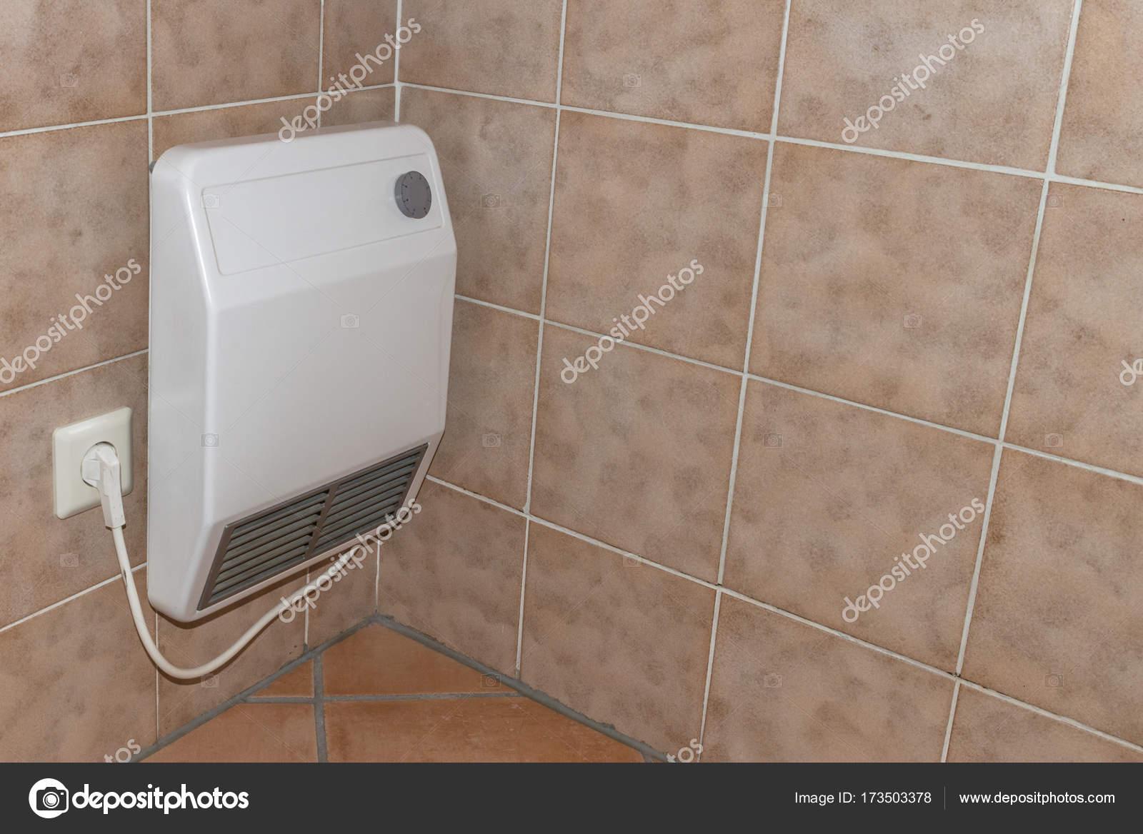 Vintage oude elektrische verwarming in een badkamer u stockfoto