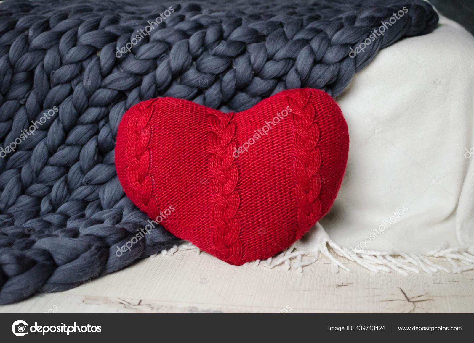 Rotes Herz auf eine gestrickte Decke stricken — Stockfoto © chaos_08 ...