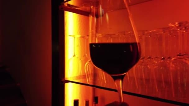 Kruhový záběr skla plného červeného vína
