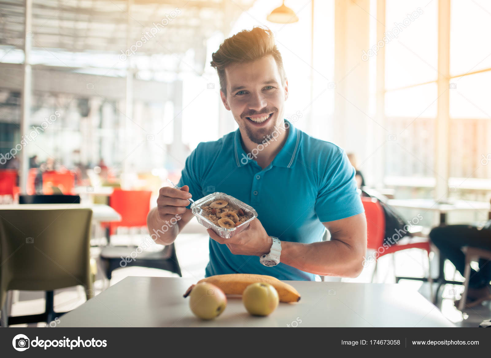 Junge Hubscher Kerl Hat Gesundes Fruhstuck Im Cafe Stockfoto