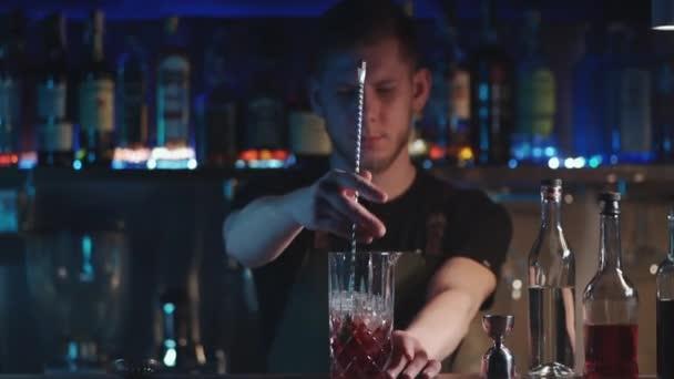 barman míchá klasický negroni koktejl s rumem a ledem