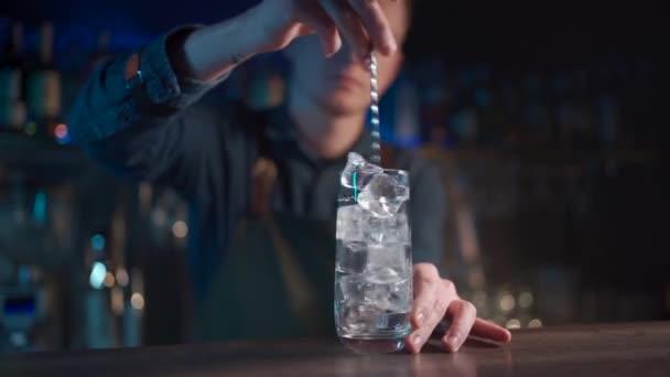 barman míchání moderní gin tonic koktejl s ledem