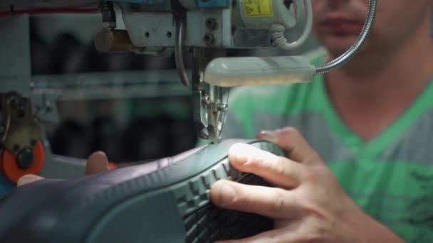 Arbeiter näht Schuhe auf Schuhe Herstellung mit Maschinen