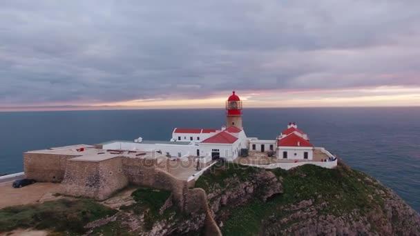 Aerial View Leuchtturm und Klippen am Kap St. Vincent bei Sonnenuntergang. Sagres, Algarve, Portugal