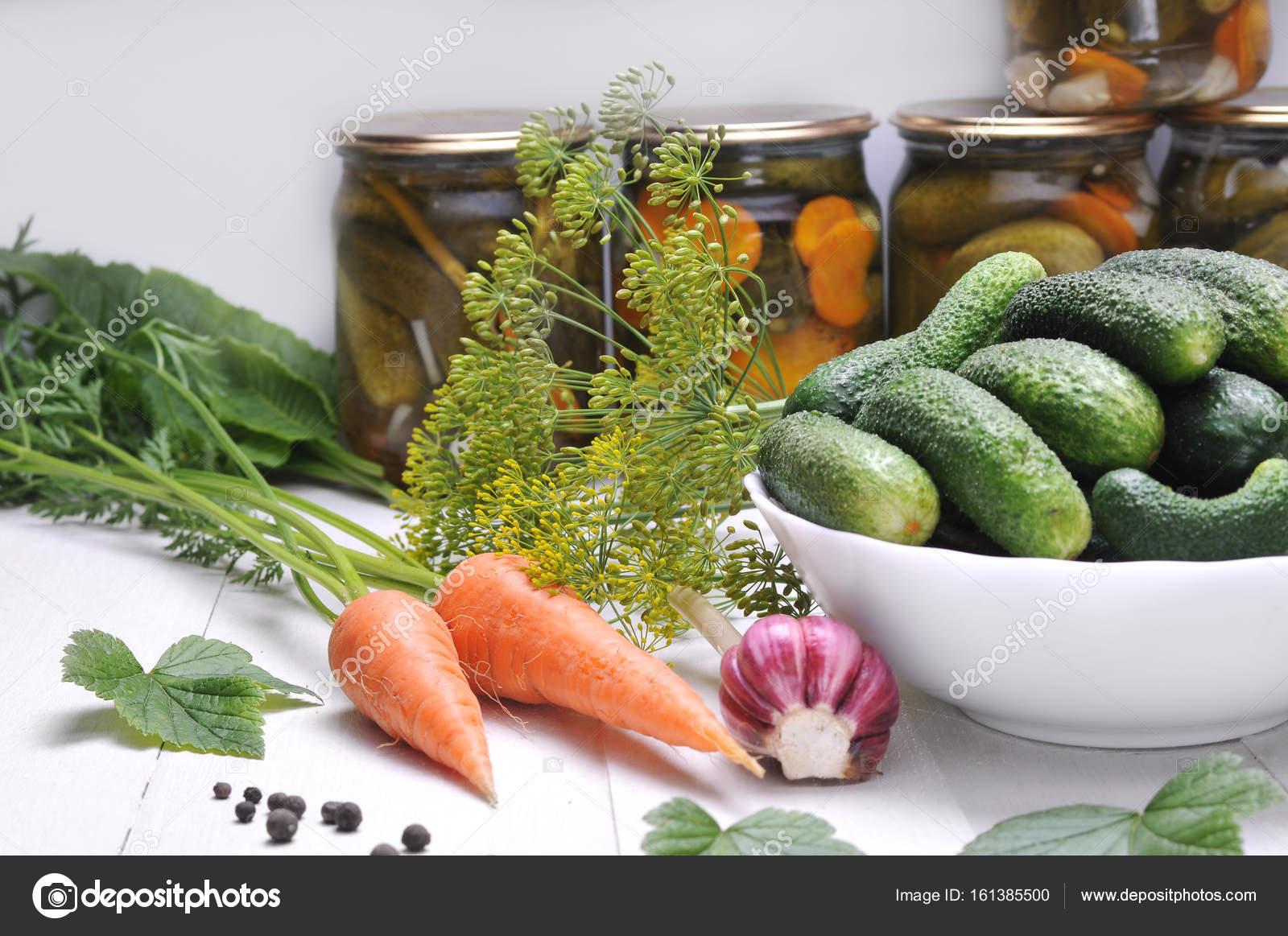 Groenten uit de tuin op een witte houten tafel u stockfoto r