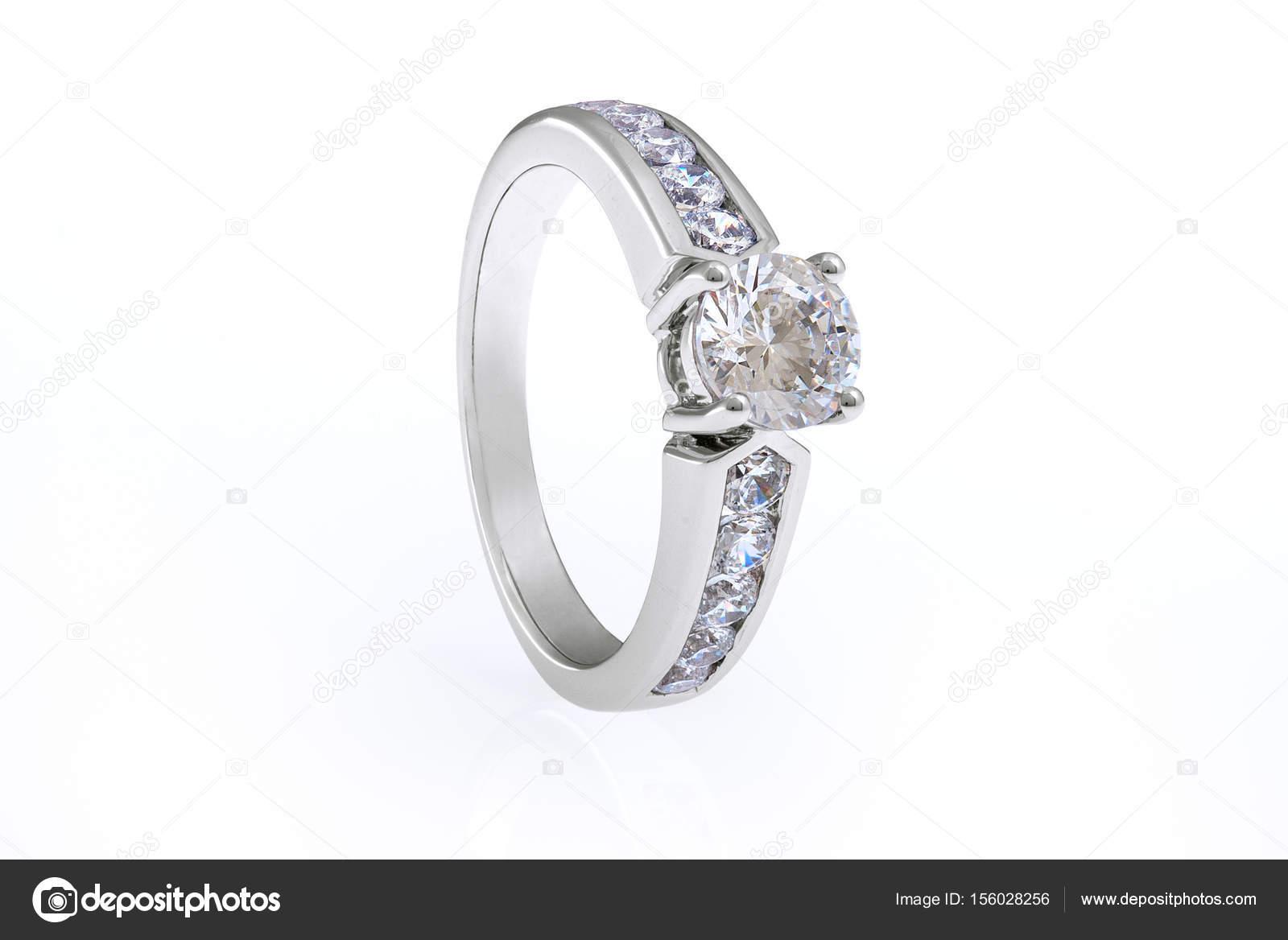 05bda11ea327 Joyería del anillo de plata con cristales de Swarovski sobre fondo blanco —  Foto de ...