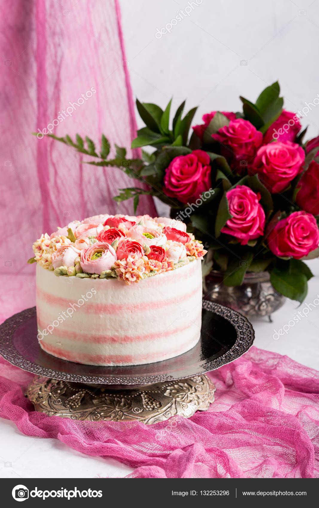 gyönyörű torta képek Születésnapi torta, krémmel. Gyönyörű krém Rózsa — Stock Fotó  gyönyörű torta képek