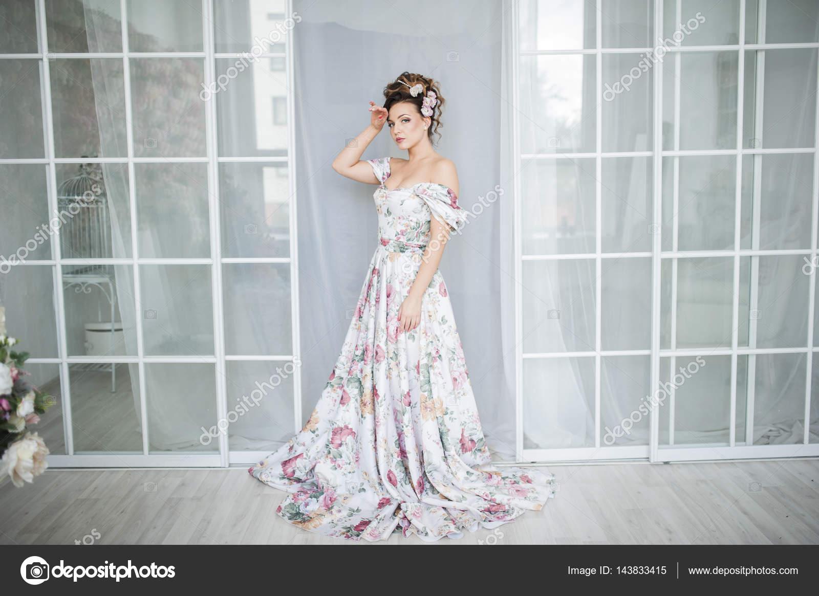 joven esposa en vestido hermoso — Foto de stock © alla.foto-alla.ru ...