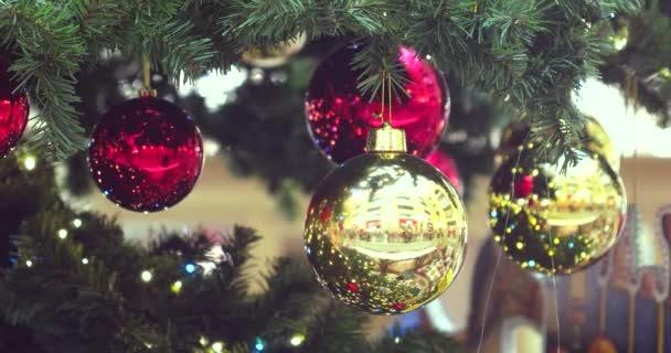 vánoční stromky a ozdoby.