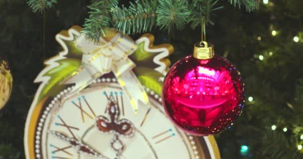Weihnachtsbaum und Dekoration.