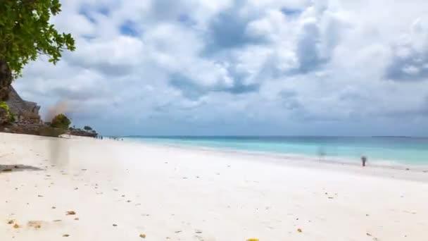 Panorámás Timelapse a fehér homokos trópusi tengerpart