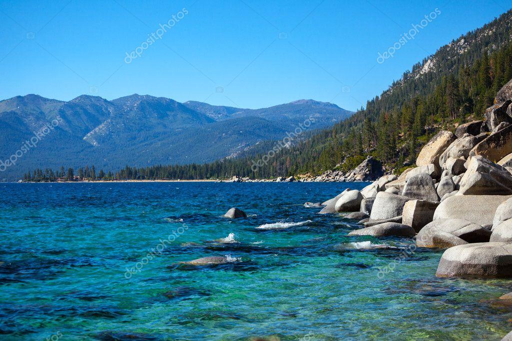 暖かい夏の日に美しいタホ湖 — ...