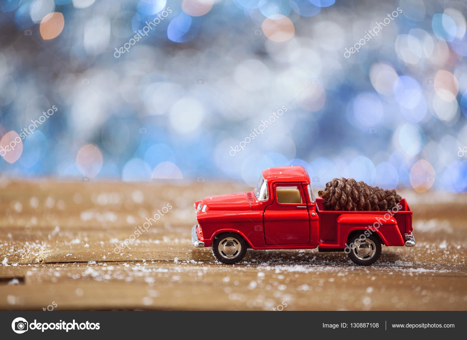 Carro De Juguete De Navidad Con Sobre Mesa De Madera Con Fondo Azul