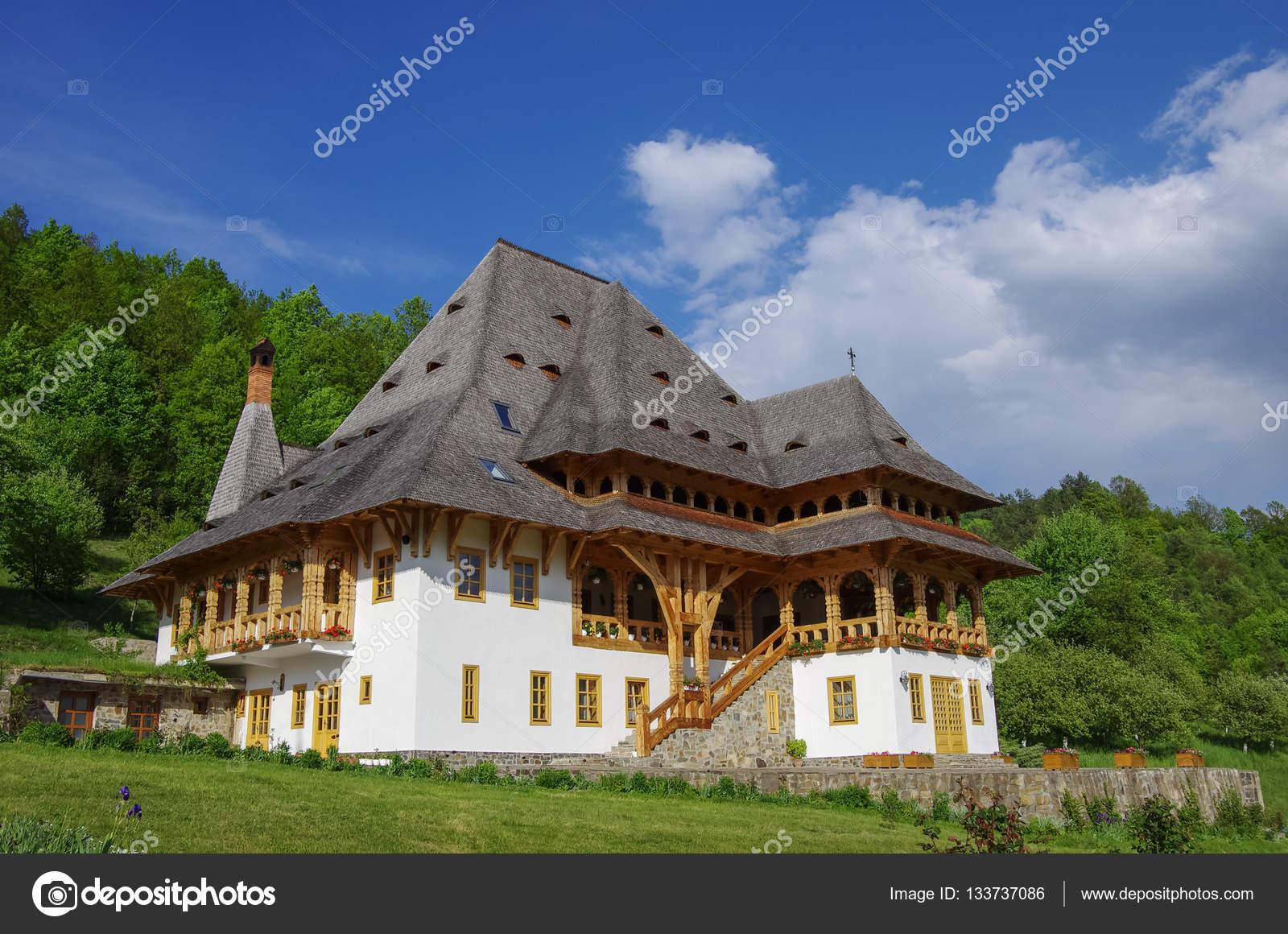 バーサーナ修道院の伝統的な木造...