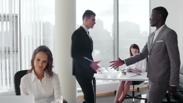 Úspěšné dva obchodní partner setkání v jasných moderních kancelářských a třást ruce okna moderní mrakodrap budova
