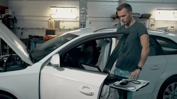 Technik pracovník dělat počítač Diagnostika auto motor auto služby