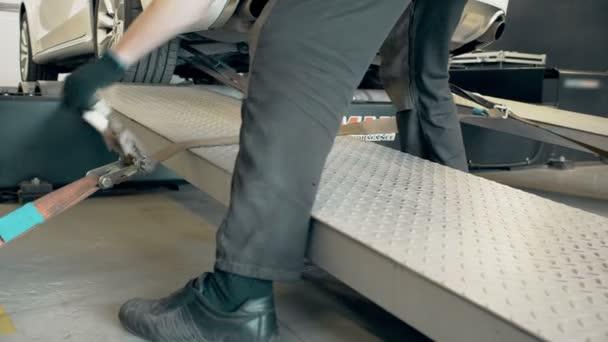 Oprava automobilu pro měření výkonu auta auto mechanik. Servis automobilů