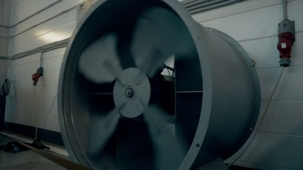 Spinning car autószervíz ventilátorlapátok közelről. Állvány, autó teljesítménye méréséhez