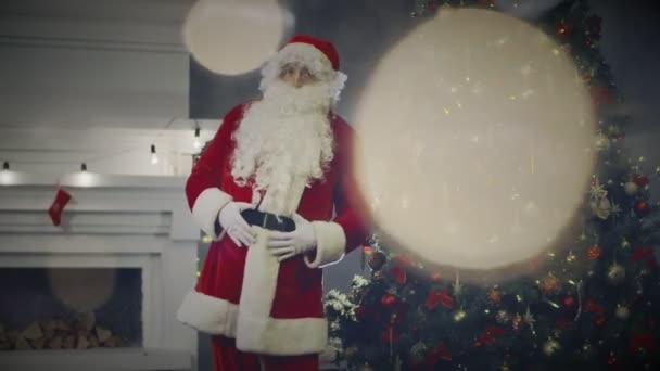 Boldog Mikulás tánc közel karácsonyfa és nyaraló kandalló