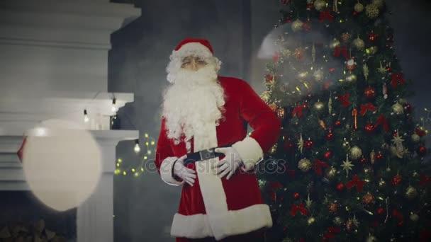 Veselý Santa Claus tancem téměř nový rok strom a krb v domě