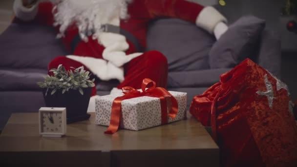Santa Claus se vousy a čeká Štědrý večer k oslavě