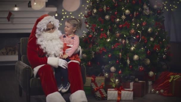 Babbo Natale Video Per Bambini.Babbo Natale Che Tiene La Bambina Sul Ginocchio Sull Albero Di Natale Sfondo