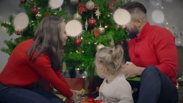 Šťastná rodina dávají navzájem, dovolená představuje box pro Štědrý večer