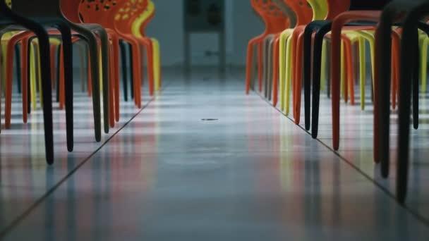 Sedie Ufficio Colorate : Multi colorate sedie in piedi nella sala conferenze moderna in
