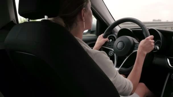 Bella donna guida auto in autostrada. Auto sterzo business donna sulla strada
