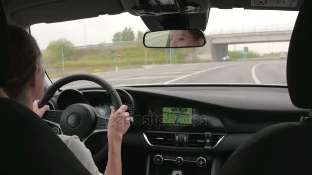 Giovane donna autista sterzo auto. Bella donna che conduce automobile