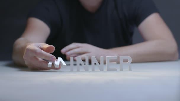 Mužské ruce složení slovo vítěz bílá písmena na šedém pozadí