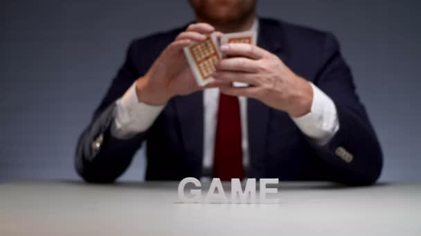 Míchání karet před předáním na hazardní hry tabulka mužské ruce. Hazardní karetní hra