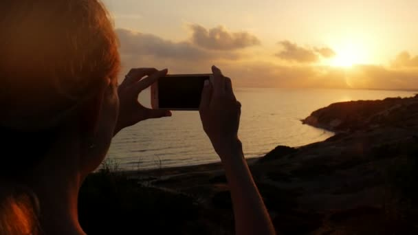 Giovane Donna Che Fa La Foto Sul Telefono Cellulare Bellissimo