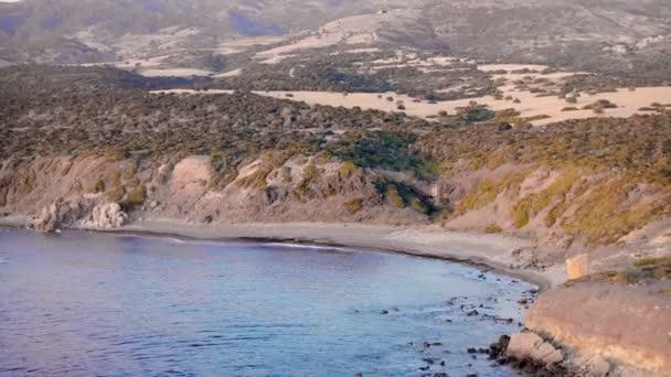 Letecká krajiny pobřeží u pláže na pozadí zelené hill