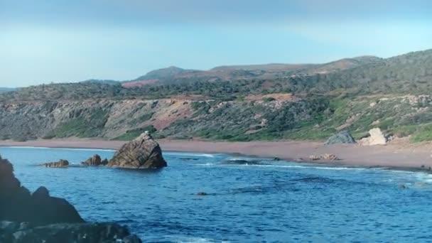 Panoramatický pohled shora skalnatého útesu z mořské vody na prázdné pobřeží