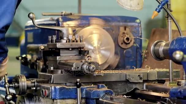 Férfi alkalmazott gépkezelő kontrolling fémmegmunkálás műszerek és alapegységek
