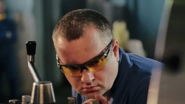 Ipari alkalmazott dolgozik a Fémmegmunkáló gép védő szemüveg
