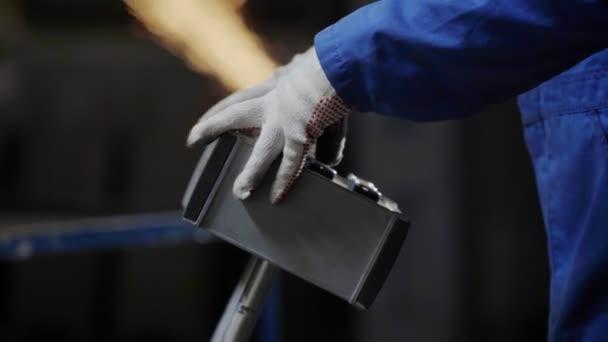 Inženýr řízení výrobního procesu ohýbání kovů na kovoobráběcí stroje
