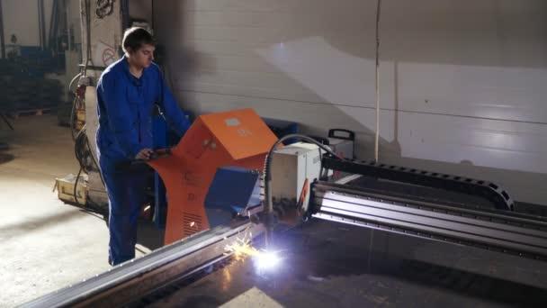 Tovární dělník řízení procesu řezání plech s v kovoobrábění počítač