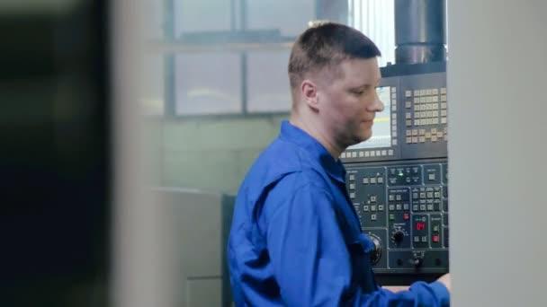 Inženýr výroby pomocí moderní výrobní zařízení s ručním panel cnc stroj