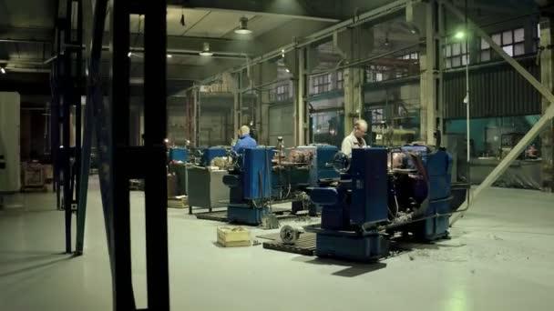 Pracující v průmyslu pracuje na moderní soustruh soustruh a kovoobrábění