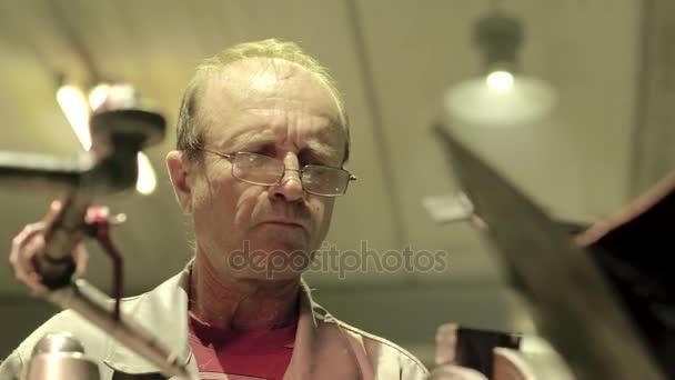 Tvář průmyslové zaměstnanec během práce na profesionální kovoobráběcí stroje
