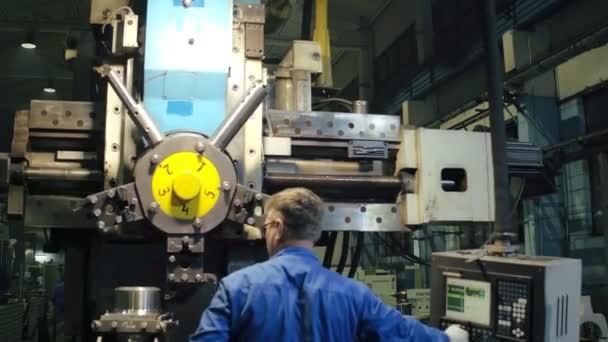 Zaměstnance pomocí profesionální kovoobrábění soustruh s elektronickými dálkovým ovládáním