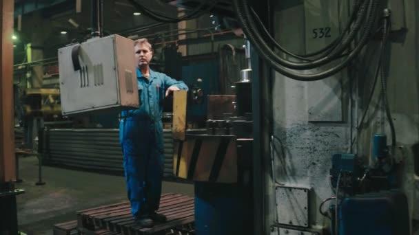 Tovární dělník kontrolní elektronické zařízení pro automatizaci výrobního procesu
