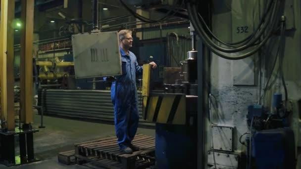 Tovární dělník elektronické ovládací panel pro výrobního procesu při obrábění kovů