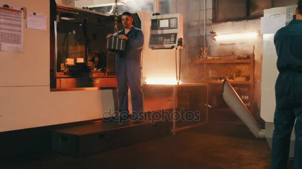Technik inženýři pracující na automatické zařízení pro soustružení kovů