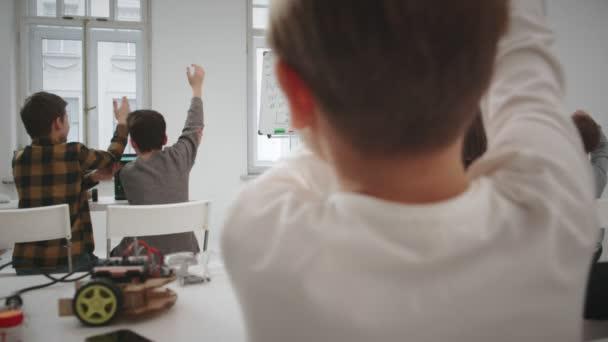 Mladý učitel zobrazeno výpočetní vzorec na tabuli ve škole lekce