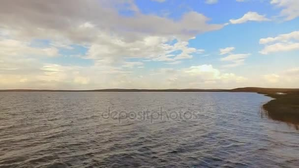 Felhős ég a nyári nap, sima felület folyó víz légi táj fölött
