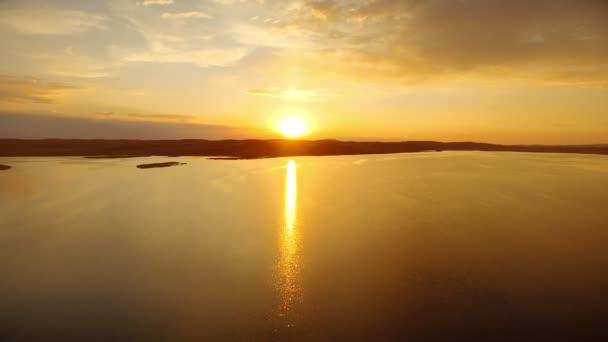 Arany nap tükröző felszíni folyó víz alatt este naplemente drone megtekintése